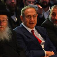 Le Premier ministre Benjamin Netanyahu (au centre), le ministre de l'Intérieur Aryeh Deri (à droite) et le ministre de la Santé de l'époque Yaakov Litzman (à gauche) participent à une conférence à Lod, le 20 novembre 2016. (Kobi Gideon/GPO)