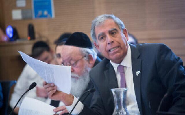 Le député Mickey Levy pendant un vote sur le budget de l'Etat à la commission des Finances à la Knesset, le 12 mars 2018 (Crédit :Miriam Alster/Flash90)