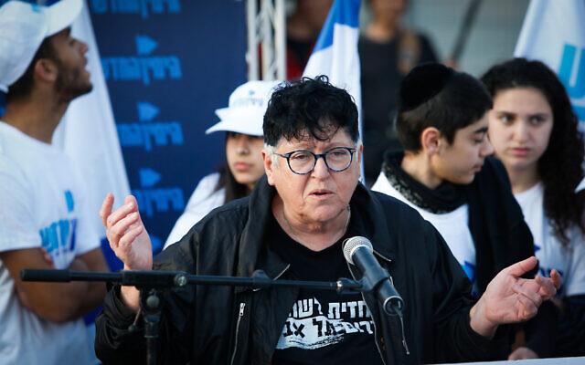 La résidente et activiste du sud de Tel Aviv Sheffi Paz s'exprime pendant une visite d'Ayelet Shaked dans le sud de Tel Aviv, le 2 avril 2019 (Crédit : Roy Alima/Flash90)