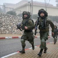 Des soldats de la brigade Golani participent à un exercice militaire dans la ville de Safed, au nord du pays, le 12 février 2020. (David Cohen/Flash90)