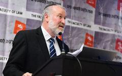 Le procureur général Avichai Mandelblit s'exprime lors d'une manifestation à l'université de Bar-Ilan, le 4 mars 2020. (FLASH90)