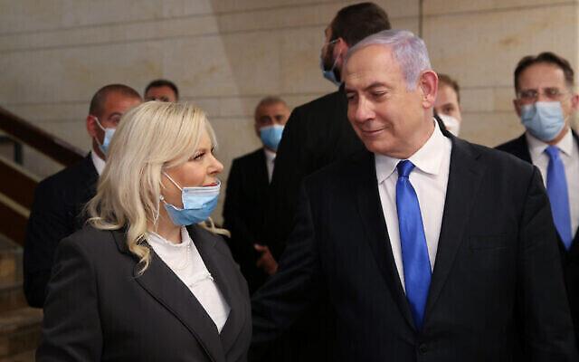 Le Premier ministre Benjamin Netanyahu et son épouse Sara lors de la prestation de serment du 23e gouvernement à la Knesset, le 17 mai 2020. (Crédit : Alex Kolomoisky/Flash90)