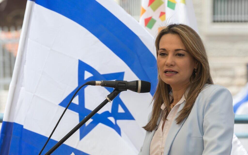 La députée du Likud Yifat Shasha-Biton lors d'une cérémonie de passation de pouvoir au ministère du Logement et de la Construction à Jérusalem, le 18 mai 2020. (Photo par Olivier Fitoussi/Flash90)