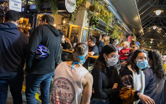 Des Israéliens assis dans des bars et des restaurants de Jérusalem, le 27 mai 2020 (Crédit : Olivier Fitoussi/Flash90)