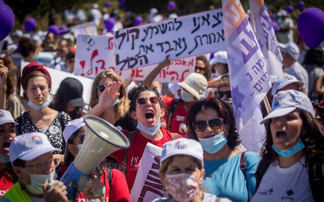 Des travailleurs sociaux israéliens protestent contre leurs conditions de travail devant la Knesset, le 25 juin 2020. (Yonatan Sindel/Flash90)