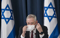 Le ministre de la Défense Benny Gantz lors de la réunion hebdomadaire du cabinet au ministère des Affaires étrangères à Jérusalem, le 28 juin 2020. (Olivier Fitoussi/Flash90)
