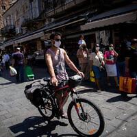 Des personnes portant des masques au marché Mahane Yehuda à Jérusalem, le 3 juillet 2020. (Yonatan Sindel / Flash90)