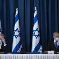 Le Premier ministre Benjamin Netanyahu, à droite, et le ministre de la Défense Benny Gantz lors de la réunion hebdomadaire du cabinet au ministère des Affaires étrangères de Jérusalem, le 5 juillet 2020 (Crédit : Amit Shab/POOL)