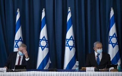 Le Premier ministre Benjamin Netanyahu, (à droite), et le ministre de la Défense Benny Gantz lors de la réunion hebdomadaire du cabinet au ministère des Affaires étrangères de Jérusalem, le 5 juillet 2020. (Amit Shabi/Flash90)