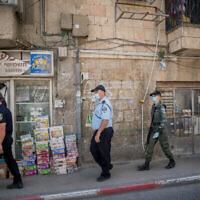 Des policiers patrouillent dans le quartier ultra-orthodoxe de Mea Shearim à Jérusalem, le 5 juillet 2020. (Yonatan Sindel/Flash90)