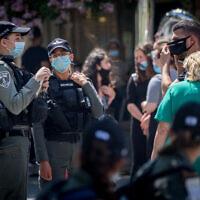 Des agents de la police des frontières contrôlent l'adhésion aux mesures d'urgence à Jérusalem, le 6 juillet 2020 (Crédit : Yonatan Sindel/Flash90)