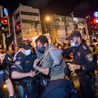 Les manifestants affrontent la police après une manifestation réclamant le soutien financier du gouvernement en pleine crise du coronavirus à Tel Aviv, le 11 juillet 2020. (Crédit : Miriam Alster/Flash90)