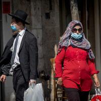 Des personnes portant des masques, en raison de l'épidémie de coronavirus, dans la rue Jaffa au centre-ville de Jérusalem, le 13 juillet 2020. (Yonatan Sindel/Flash90)
