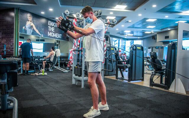 Les Israéliens font de l'exercice au club de gym et country club Holmes Place à Modiin, le 14 juillet 2020 (Crédit : Yossi Aloni/Flash90)