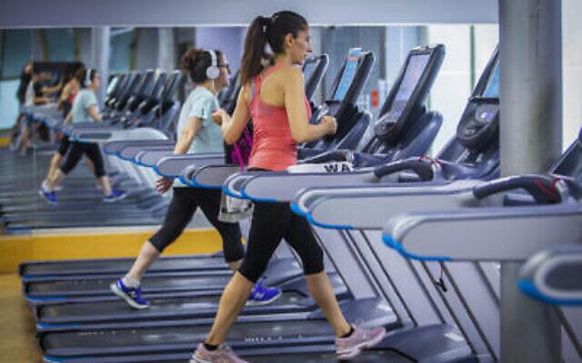 Des gens font du sport dans une salle de gym à Modiin, le 14 juillet 2020. (Yossi Aloni/Flash90)