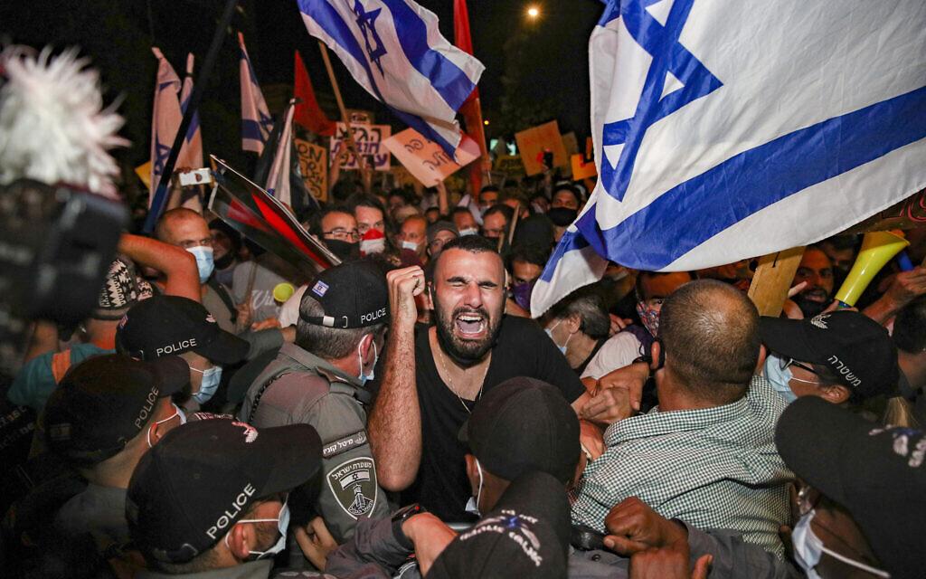 Des agents de la police des frontières affrontent des manifestants lors d'une manifestation contre le Premier ministre Benjamin Netanyahu devant sa résidence à Jérusalem, le 14 juillet 2020. (Yonatan sindel/FLASH90)