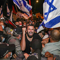 Les Israéliens protestent contre le Premier ministre Benjamin Netanyahu aux abords de sa résidence officielle à Jérusalem, le 14 juillet 2020 (Crédit :    Yonathan sindel/FLASH90)