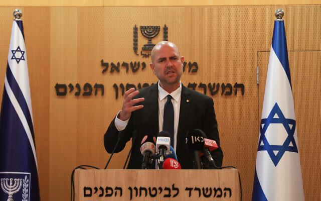Le ministre israélien de la Sécurité publique Amir Ohana tient une conférence de presse à Jérusalem, le 15 juillet 2020. (Flash90)