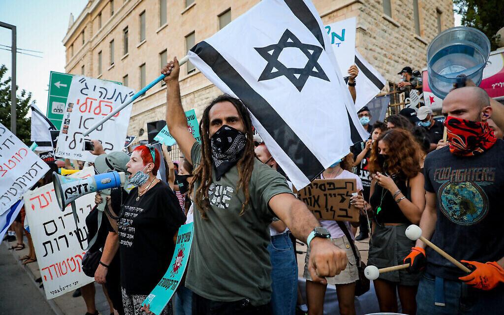 Des manifestants anti-Netanyahu devant sa résidence officielle à Jérusalem, 16 juillet 2020 (Crédit : Anat Peled)
