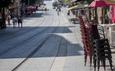 Des chaises à l'extérieur d'un fast-food de Jaffa Street, à Jérusalem, le 17 juillet 2020 (Crédit : Yonatan Sindel/Flash90)
