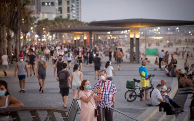 Des Israéliens profitent de la plage à Tel Aviv, le 18 juillet 2020. (Miriam Alster / Flash90)