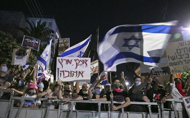 Des manifestations contre le Premier ministre Benjamin Netanyahu aux abords de sa résidence officielle à Jérusalem, le 25 juillet 2020. (Crédit : Olivier Fitoussi/Flash90)
