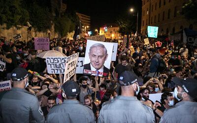Les Israéliens manifestent contre le Premier ministre Benjamin Netanyahu devant la résidence officielle du Premier ministre à Jérusalem, le 25 juillet 2020. (Crédit : Olivier Fitoussi/Flash 90)