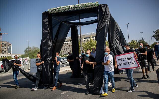 Des propriétaires de salles événementielles manifestent devant le bureau du Premier ministre à Jérusalem  pour dénoncer les ravages économiques de la politique sanitaire de Benjamin Netanyahu, le 26 juillet 2020 (Crédit : Yonatan Sindel/Flash90)