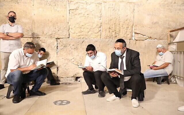 Des hommes juifs prient au mur Occidental la nuit de Tisha BeAv dans la Vieille Ville de Jérusalem, le 29 juillet 2020. (Olivier Fitoussi/Flash90)