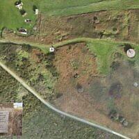 Une vue par drone des vestiges de Sylt avec la plaque de commémoration du site (Crédit : Centre d'archéologie de l'université du Staffordshire; FlyThru/ Autorisation : Antiquity Publications)