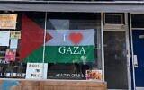 Le restaurant de Kimberly Hawkins, affichant une bannière pro-palestinienne sur sa vitrine. (Crédit : Foodbenders/Instagram via JTA)