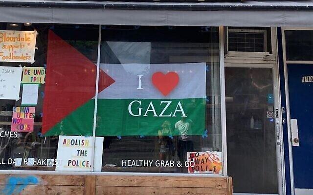 Le restaurant de Kimberly Hawkins, affichant une bannière pro-palestinienne sur sa vitrine (Crédit : Foodbenders/Instagram via JTA)