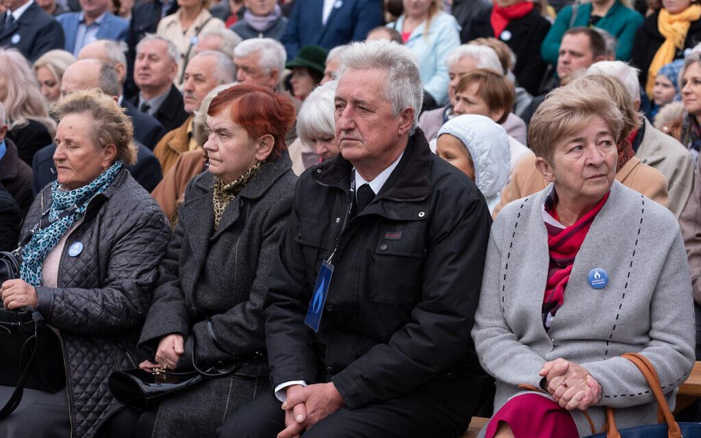 Une famille polonaise lors d'une cérémonie en l'honneur de ses proches qui ont tenté de sauver des Juifs pendant la Seconde Guerre mondiale. (Avec l'aimable autorisation de l'Institut Pilecki)