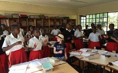 Hannah Alper avec une classe de collège pour filles au Kenya lors d'une mission avec l'association Me to We, en juin 2016. (Autorisation)