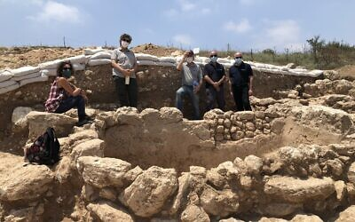 Les membres du Kibboutz Hannaton, Haviva Ner-David (gauche), Anat Harrel, et Steve Gray avec des archéologues près du mikvé de l'ère romaine découvert dans la vallée de Jezréel, au mois de juillet 2020 (Autorisation : Jessica Steinberg)
