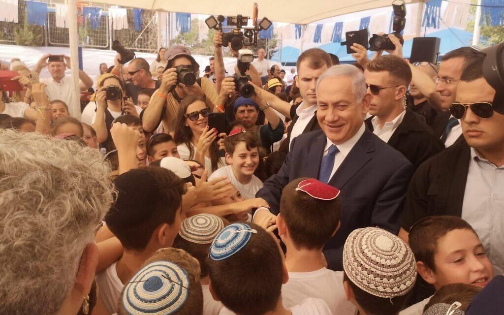 Le Premier ministre Benjamin Netanyahu rencontre des écoliers dans l'implantation d'Elkana en Cisjordanie, le 1er septembre 2019, le jour de la rentrée scolaire. (Autorisation)