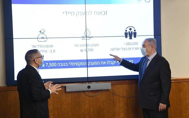Le Premier ministre Benjamin Netanyahu, à droite, évoque son plan de relance avec le directeur de l'Autorité fiscale israélienne  Aran Yaakov au bureau du Premier ministre de Jérusalem, le 15 juillet 2020 (Crédit : Amos Ben Gershom/GPO)