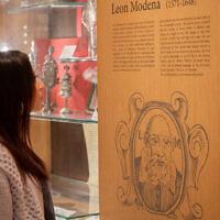 Une visiteuse regarde une exposition au Musée juif de Venise (Crédit :  Porcel)