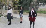 De gauche à droite, Ellie Sapper, Nicole Meyer et Dassi Erlich posent pour une photo à Jérusalem, le 29 novembre 2018 (Crédit :  Jacob Magid/Time of Israel)