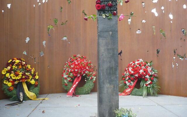 Un monument commémoratif de l'attentat, inauguré en septembre 2008. (Crédit : Muenih/ Domaine public)