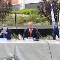 Le Premier ministre Benjamin Netanyahu (au centre) en visite à l'Institut israélien de recherche biologique le 7 juin, avec le ministre de la Santé Yuli Edelstein (à gauche) et le ministre de la Défense Benny Gantz (à droite). (Amos Ben-Gershom/Bureau de presse du gouvernement israélien)