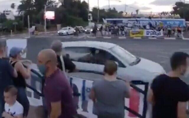 Capture d'écran d'une vidéo d'un conducteur qui aurait lancé des gaz lacrymogènes présumés par la fenêtre d'une voiture vers des manifestants anti-Netanyahu, au carrefour Adulf Sadeh, le 25 juillet 2020 (Crédit :  Twitter)
