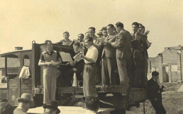 Phineas May dirige un récital avec les résidents du Kitchener camp, en 1939 ou en 1940 (Crédit : Wiener Holocaust Library Collections)