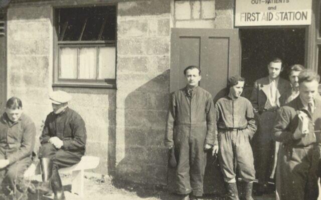 Des résidents aux abords du premier bâtiment du Kitchener Camp, en 1939 ou en 1940. (Crédit : Wiener Holocaust Library Collections)
