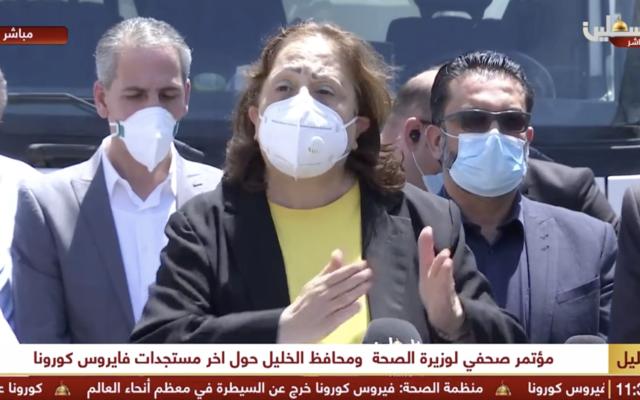 La ministre de la Santé de l'Autorité palestinienne Mai al-Kaila évoque la situation en Cisjordanie sur la question du coronavirus avec les journalistes à Hébron, en Cisjordanie, le 10 juillet 2020 (Capture d'écrant/Palestine TV)