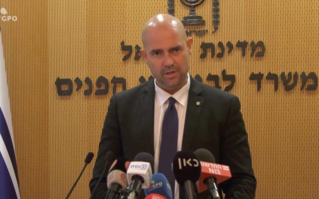 Le ministre de la Sécurité intérieure Amir Ohana pendant une conférence de presse au ministère de la Sécurité intérieure, le 15 juillet 2020 (Capture d'écran/YouTube)