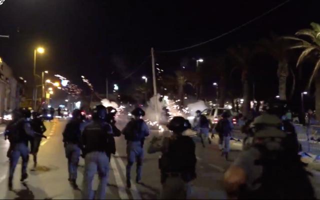 La police se prépare à affronter des manifestants à Jaffa, le 19 juillet 2020 (Crédit : Police israélienne)