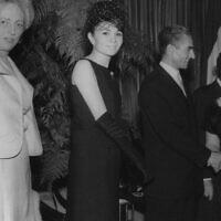 La mère d'Esther Amini, Hana (à droite), serre la main du Shah d'Iran Mohammad Reza Pahlavi lors d'une réception pour le Shah et l'impératrice Farah Diba au Waldorf Astoria, New York, 1962. (Autorisation)