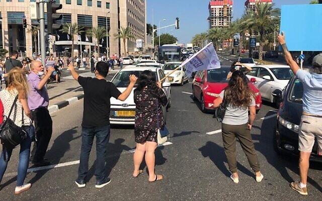 Des travailleurs sociaux bloquent le carrefour Azrieli à Tel Aviv pour protester contre leurs conditions de travail, le 2 juillet 2020. (Union des travailleurs sociaux)