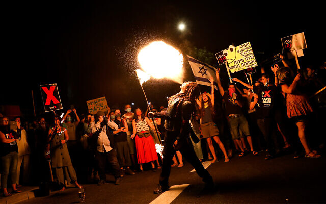 Des manifestants protestent devant la résidence officielle du Premier ministre Benjamin Netanyahu à Jérusalem, le 16 juillet 2020. (Crédit : Olivier Fitoussi/Flash90)